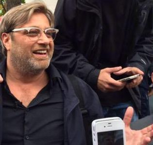 A Jürgen Klopp lookalike was spotted on the streets of Liverpool and mobbed by fans