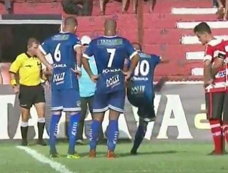 Player kicks snake off pitch in Brazilian match between Linense and Água Santa