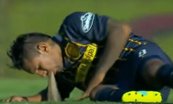 A Rosario Central player vomits on the pitch
