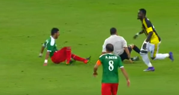 Sulley Muntari pushes opposition player into ref during Asian Champions League match