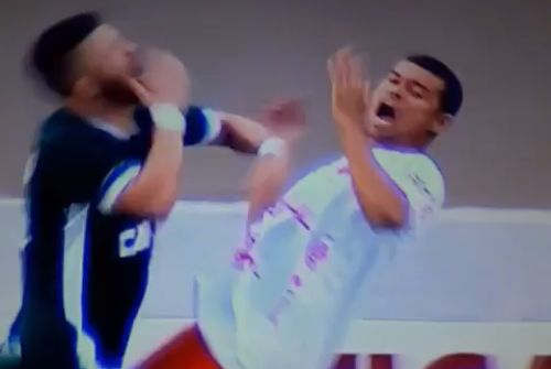 Two players felled by the same simulated headbutt during a Brasileirão Série B clash