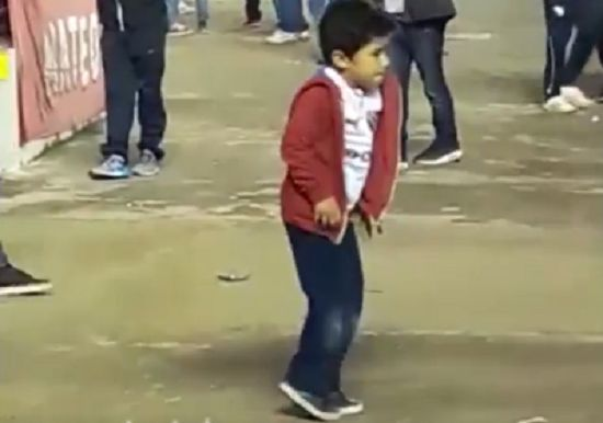 Boy dances like Michael Jackson at Independiente 2-0 Atlético Tucumán