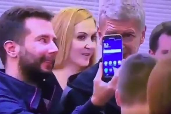 One man's selfie with Arsène Wenger doesn't work when he presses the wrong button