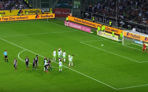 Christoph Kramer scores for Borussia Mönchengladbach while Wolfsburg organise wall