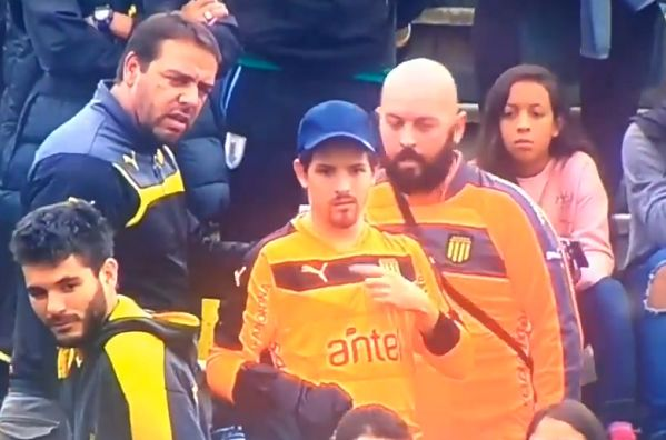 Peñarol fan lends his goalkeeper's jersey to the team