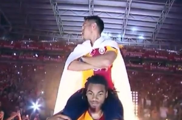 Galatasaray's Yuto Nagatomo on the shoulders of Jason Denayer