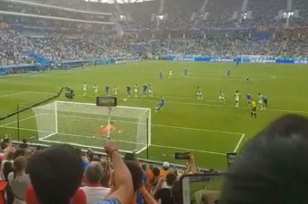 "Nigeria fan shouts ""over the bar"" at Iceland's Gylfi Sigurðsson"