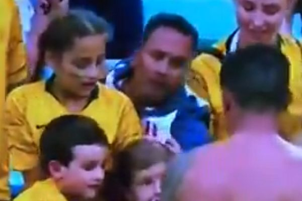 Peru fan tries to snatch Tim Cahill's shirt from kid