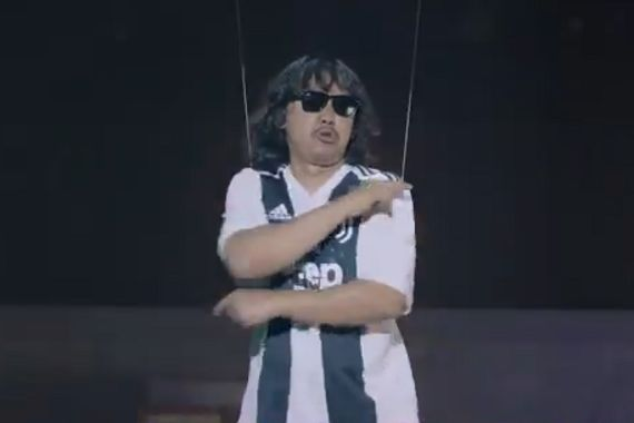 A performer wearing a Juventus shirt in a beIN SPORTS advert for Serie A