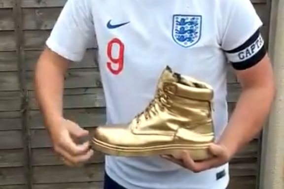 Harry Kane lookalike receives a Golden Boot award after World Cup Russia 2018
