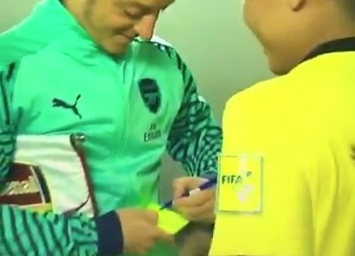 Referee gets Mesut Özil's autograph on yellow card in tunnel before International Champions Cup game against PSG