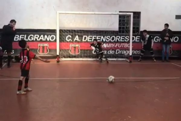 Goalkeeper uses distraction techniques in penalty shootout to decide children's match in Argentina