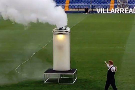 A magician unveils Santi Cazorla at Villarreal