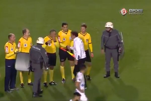 Santos manager Cuca doesn't shake hands with the referee following a 0-0 draw at home to Grêmio