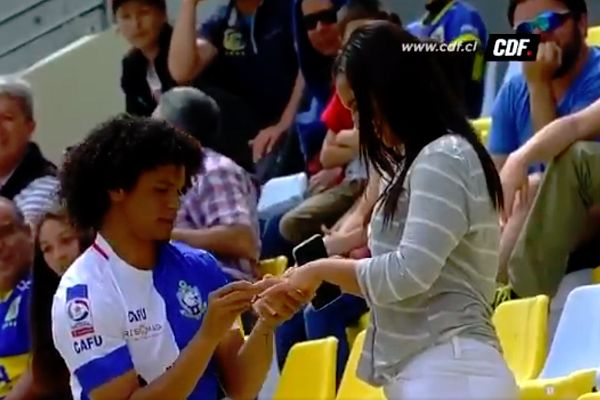 Eduard Bello proposes to his girlfriend after scoring for Antofagasta at Everton in Chile