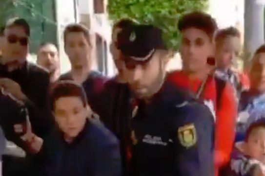 Atlético Madrid's Antonio Adán falls over in front of fans as he leaves a hotel in Germany