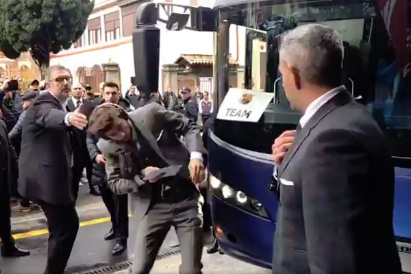 Gerard Piqué hits his head on one of the Barcelona team bus mirrors