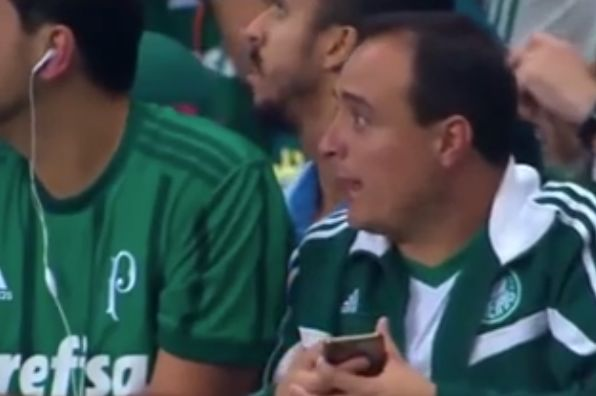 Palmeiras fan gets news of Grêmio goal that never was, sparking premature title celebrations
