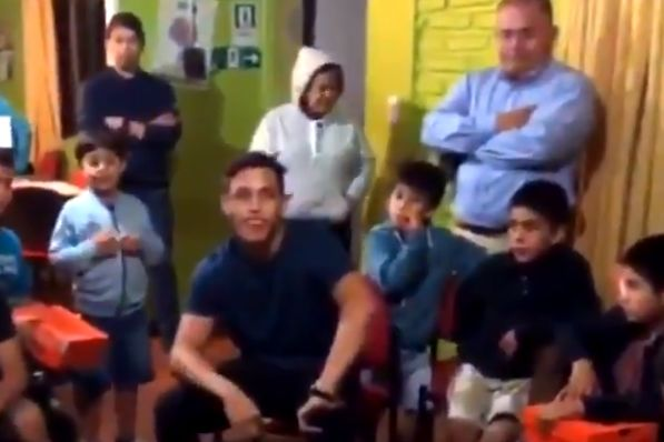 Alexis Sánchez tells children not to smoke and drink if they want to be a footballer