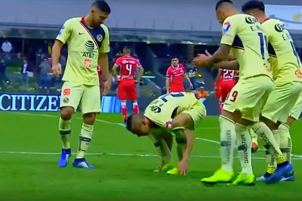Paul Aguilar's goal celebration after he scored in Club América 3-2 Toluca, Liga MX Apertura quarter-final