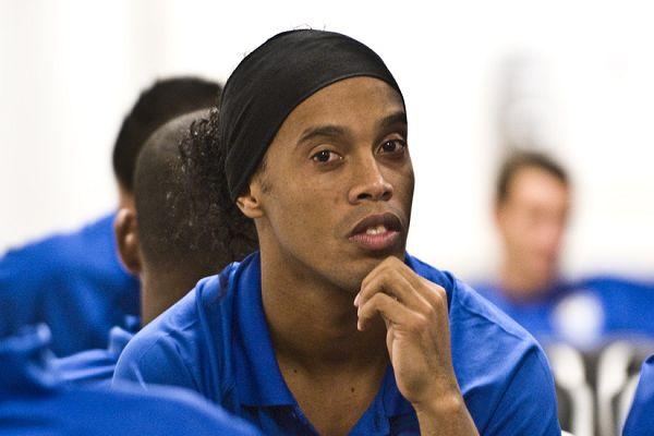 Ronaldinho sent his lookalike, Dinho, to take selfies after a futsal match