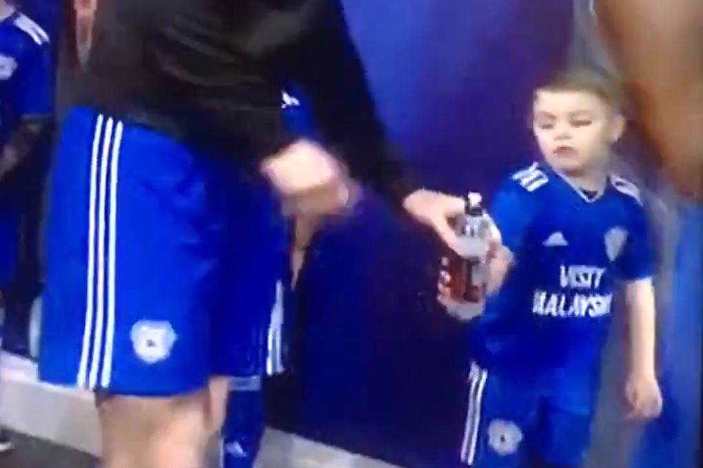 Cardiff mascot hands water bottle back to Sean Morrison