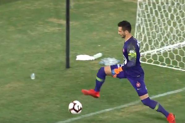 Western Sydney Wanderers goalkeeper Vedran Janjetović concedes a needless corner from which Brisbane Roar score a last-gasp equaliser