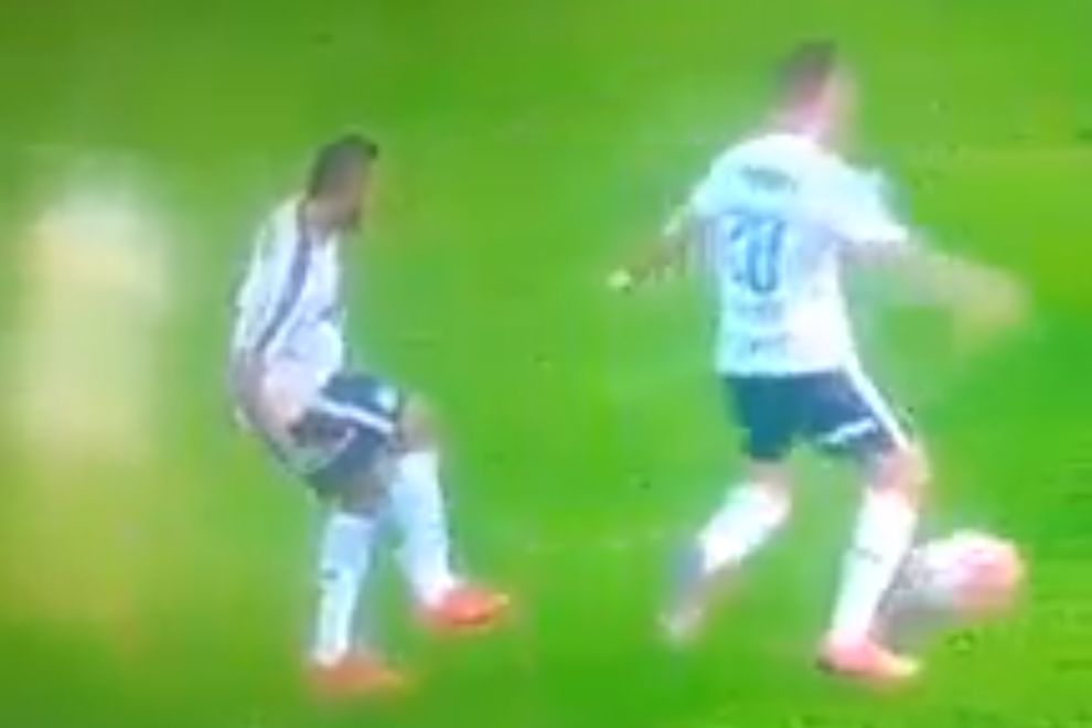 Miguel Borja has the ball taken from him by Palmeiras teammate Lucas Lima while he was looking the other way at Ferroviária