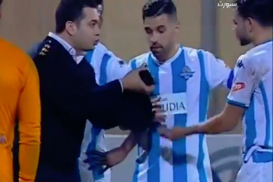 Police officer on pitch during El Daklyeh's clash with Pyramids in the Egyptian Premier League