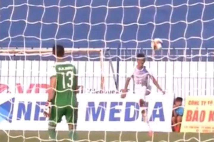 Cần Thơ player scores an own goal directly from a free kick at Bình Phước in the Vietnamese Cup