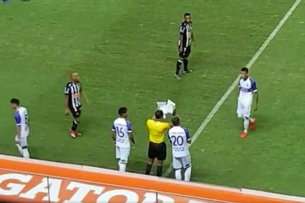 Sheets of paper are used to signal substitutions with the electronic board missing for a Copa Libertadores match at Atlético Mineiro