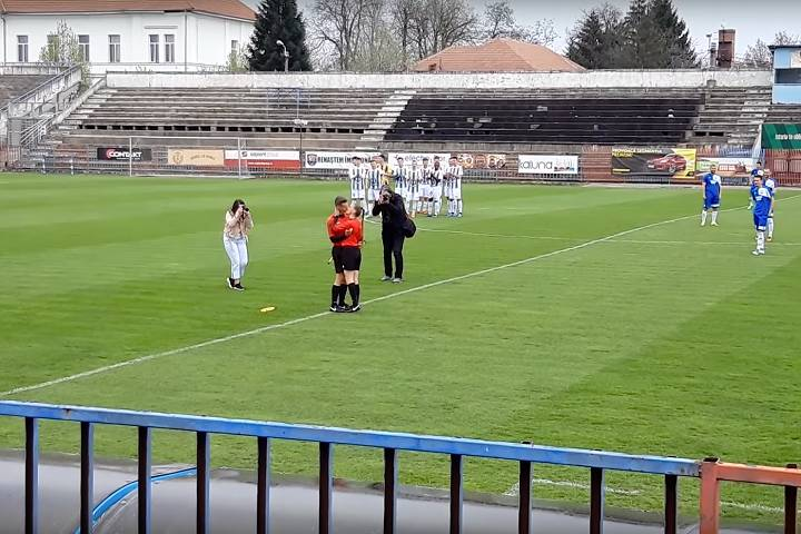 Assistant referee gets engaged to the other assistant referee after proposing before a game in Romania