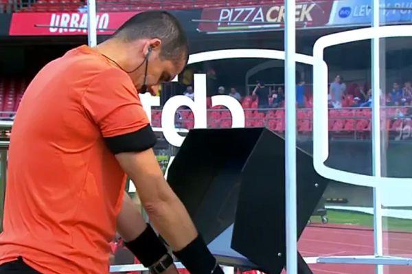 Referee Ricardo Marques Ribeiro prays in front of the VAR replay screen before São Paulo vs Flamengo