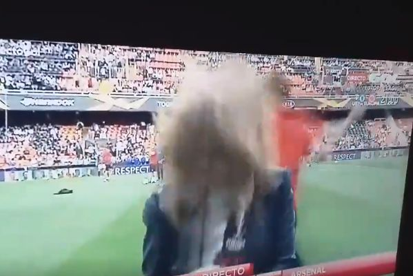 Mónica Benavent of beIN SPORTS España was the reporter hit on the head by a ball during the warm-up before Valencia vs Arsenal