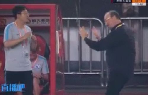 Translator struggles with Dalian Yifang manager Rafael Benítez's hand signals on touchline at Guangzhou Evergrande