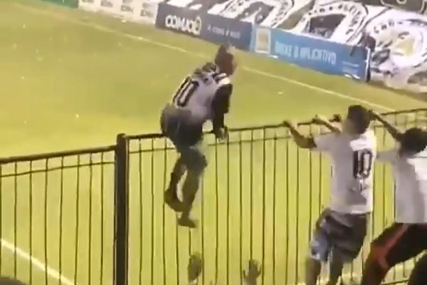 ABC fan holds on to shaking fence at Brasileiro Série C game against Sampaio Corrêa at Frasqueirão