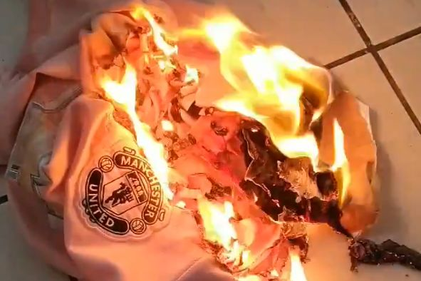 Man Utd fan burns shirt in protest at lack of new signings
