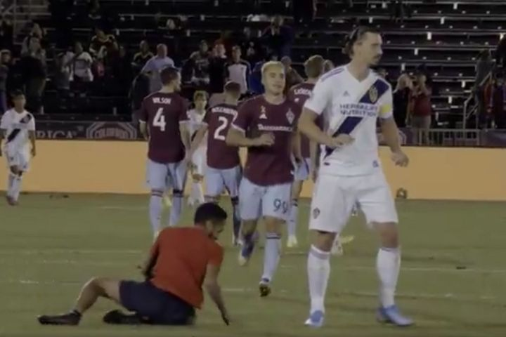 A pitch invader slips in front of Zlatan Ibrahimović at Colorado Rapids 2-1 LA Galaxy