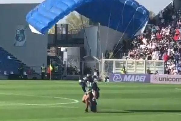 Man parachutes onto pitch during Sassuolo 3-4 Inter Milan in Serie A