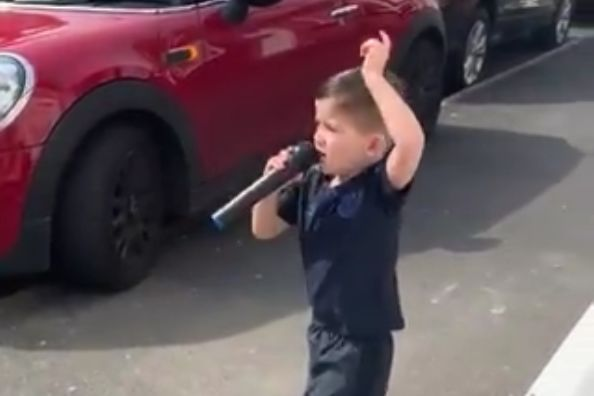 Young Everton fan sings Carlo Ancelotti song in the street on karaoke set during lockdown
