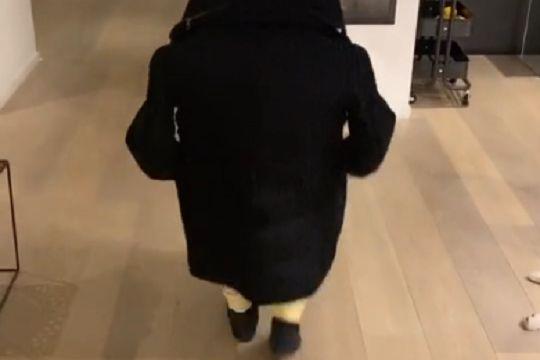 Douglas Costa pretends to be short using coat in illusion