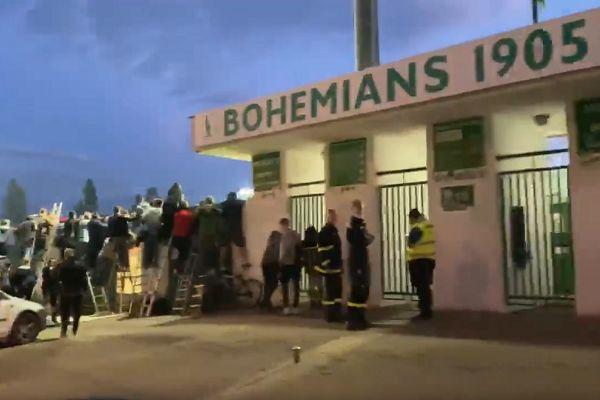Bohemians 1905 fans find ways to watch behind-closed-doors match against Sparta Prague
