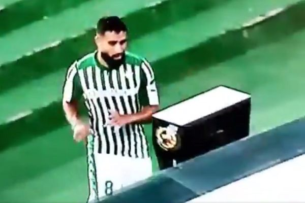 Real Betis's Nabil Fekir punches VAR screen after being sent off