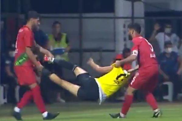 'Injured' Turgutluspor player carried off the pitch by opponents from Karşıyaka