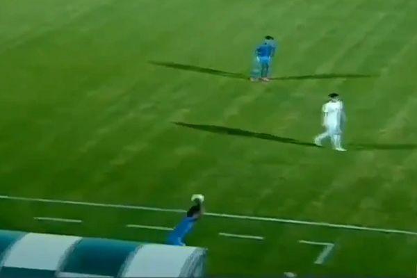 Paykan's Nader Mohammadi somersault throw-in