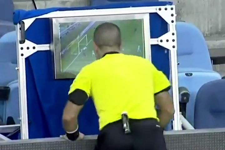 Referee makes speedy pitchside VAR review at San Jose Earthquakes vs Portland Timbers