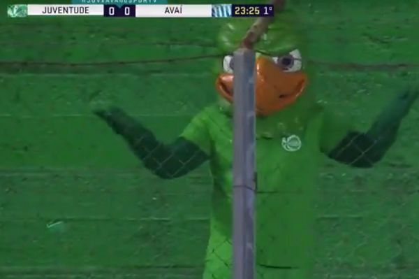 Juventude mascot Periquito reacts with dismay after Dalberto's missed chance against Avaí