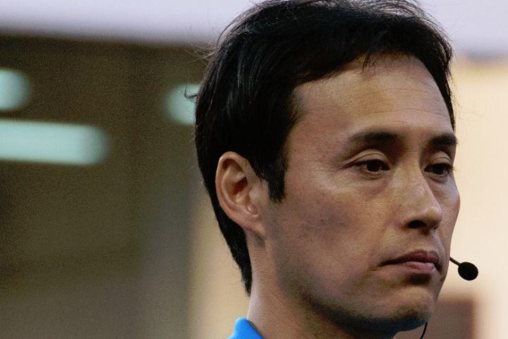 Kawasaki Frontale's Manabu Saitō bounced the ball off referee Hiroyuki Kimura to get round a player