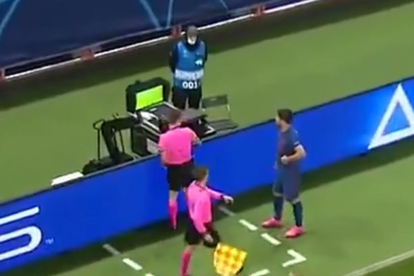 Luis Suárez booked for looking at VAR monitor during Lokomotiv Moscow vs Atlético Madrid in Champions League