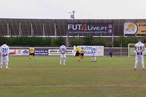 Vitória players stand still for opening minute of game at Moura in protest at unpaid wages